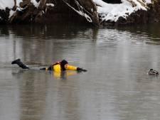 Brandweer oogst applaus voor redden van vastgevroren eend