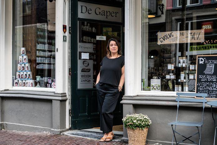 Karin Pijfers van drogisterij De Gaper aan de Lange Hezelstraat.
