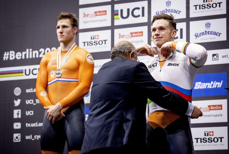 Winnaar Harrie Lavreysen met Jeffrey Hoogland (links) op het podium van de sprint op de laatste dag van de wereldkampioenschappen baanwielrennen, januari 2020. Beeld ANP