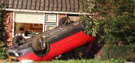 Hellendoornse Emy (18) zit rustig huiswerk te maken, dan een klap: wéér een auto tegen hun huis