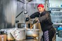 Kok Birol Tekin is druk bezig met de soep voor vanavond. ,,Dit is voor een goed doel. Ik wil daar ook mijn steentje aan bijdragen.''