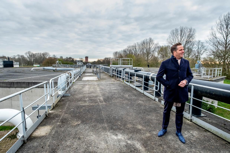 Minister Hugo de Jonge bij de rioolwaterzuivering in Leiden.   Beeld Raymond Rutting / de Volkskrant