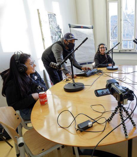 Samen een podcast opnemen brengt jongeren dichter bij elkaar: 'Impact van corona op jeugd wordt onderschat'