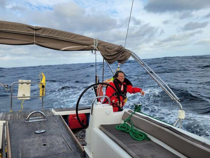 Mike Celis aan het roer van zijn zeiljacht Arruno dat hij vorige week moest overlaten aan zee