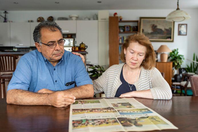 Bergen op Zoom, Moreno Molenaar/Pix4Profs  Saleh Rozbeh (links) houdt samen met zijn vrouw Svetlana het nieuws nauwlettend in de gaten.