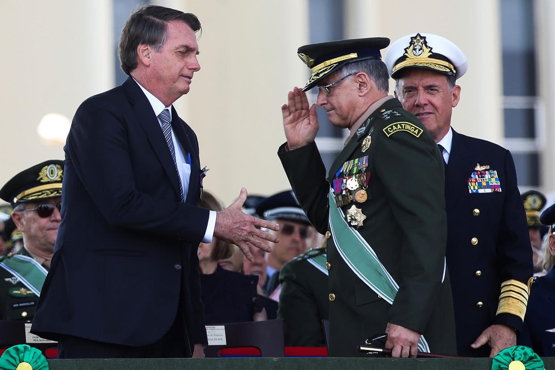 De Braziliaanse president Jair Bolsonaro met generaal Edson Leal Pujol, een van de gisteren opgestapte militairen.  Beeld Antonio Cruz/EPA
