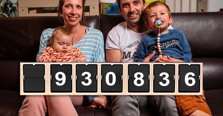 Baby Pia en haar gezin. Voor het meisje werd het enorme bedrag opgehaald dat nodig is voor een levensreddend spuitje. Beeld Photo News