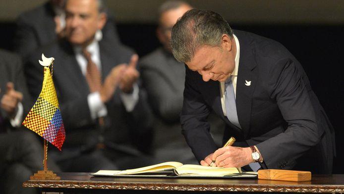 Le président colombien Juan Manuel Santos signe l'accord de paix renégocié avec les Farc à Bogota, le 24 novembre 2016.