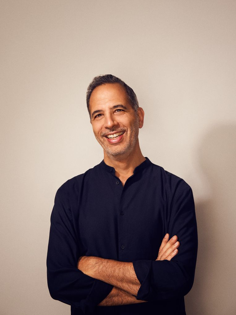 Yotam Ottolenghi: 'Ik ben nooit chef geweest in een restaurant, wist je dat? Ik heb een ambivalente relatie met die positie aan het fornuis.Het interesseert me, maar ik doe het niet graag de klok rond.' Beeld Stuart Simpson