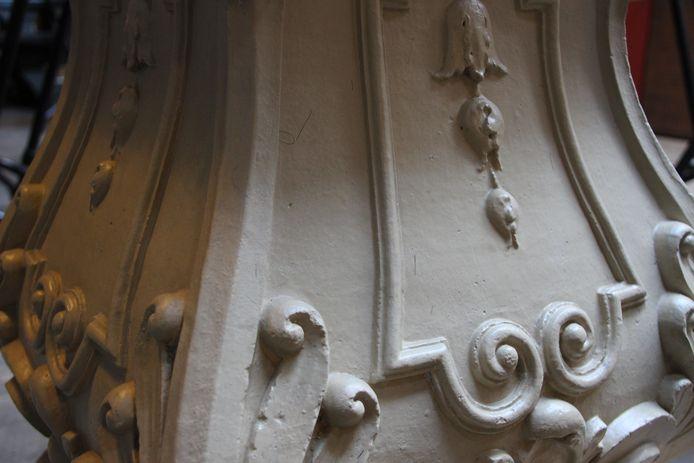 Detailopname van het gerestaureerde keramische ondergedeelte van de zonnewijzer.