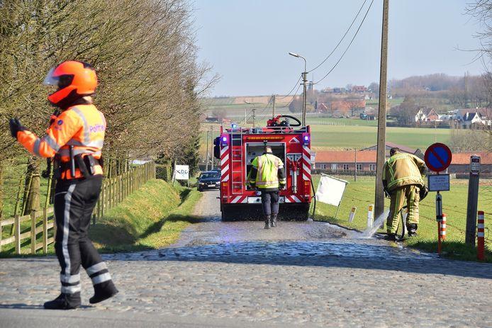 De brandweer spoot alle glasbrokjes weg van de kasseien van de Beerbosstraat in Bellegem.