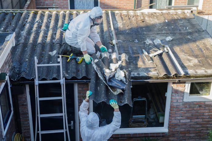 Asbestdaken verwijderen is zeer arbeidsintensief en daarom duur.