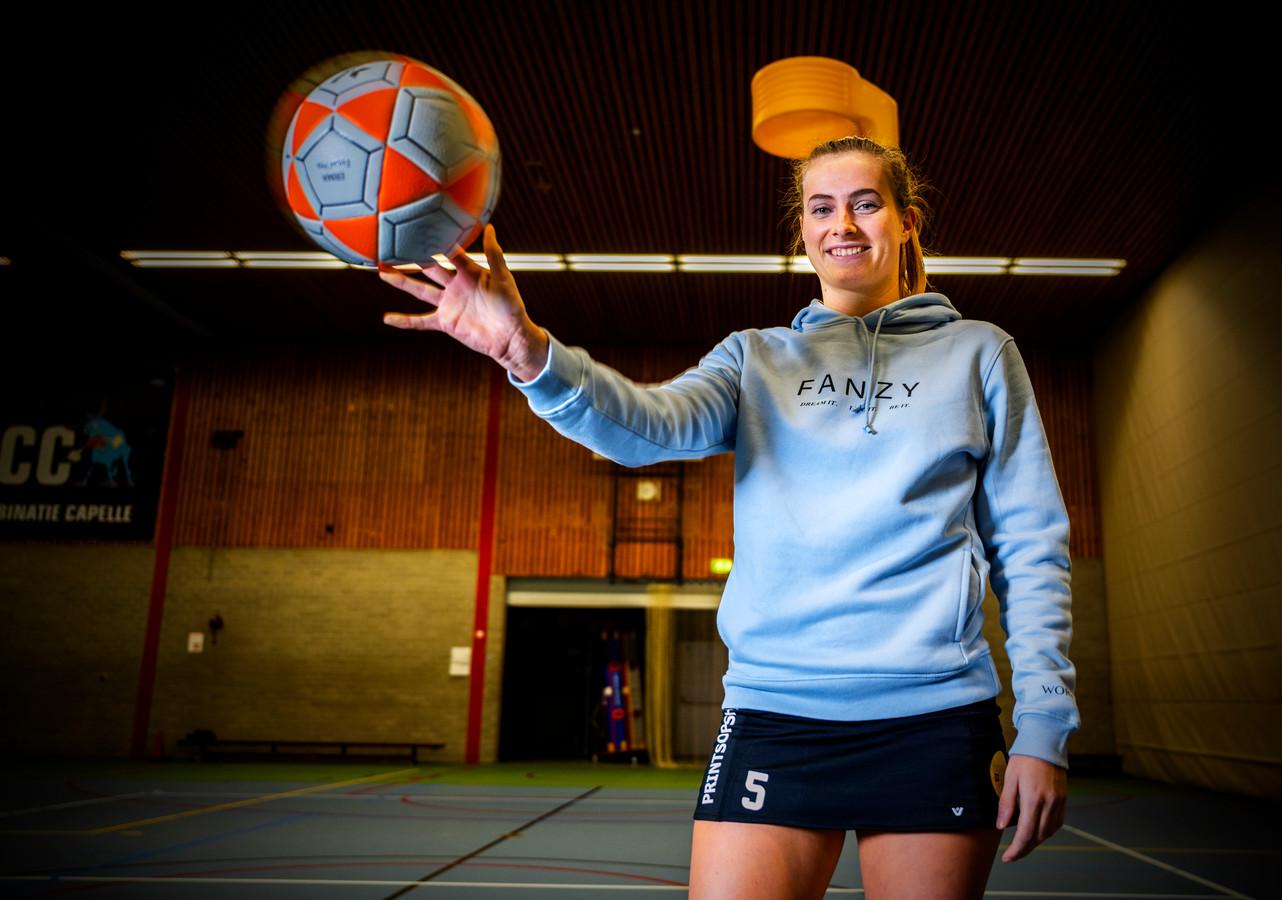 Korfbalster Sanne Alsem van KCC is een druk baasje.