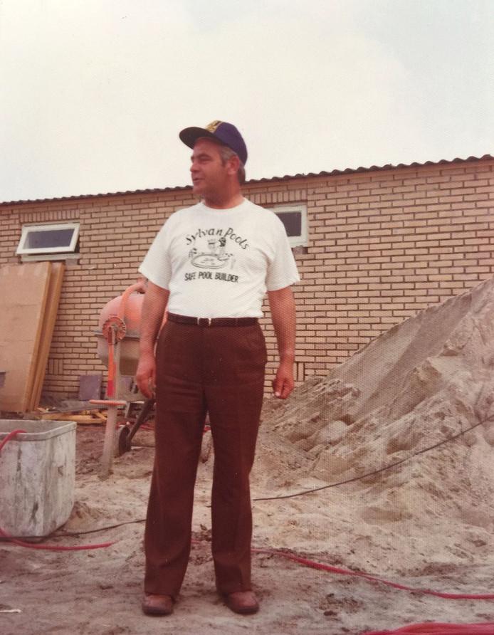 Cor van Alphen oprichter en eigenaar bij bouw zwembad