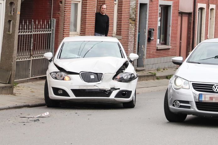 De bestuurder van de witte Seat sloeg op de vlucht en had kennelijk niet door, dat de nummerplaat van zijn wagen op de straat lag.