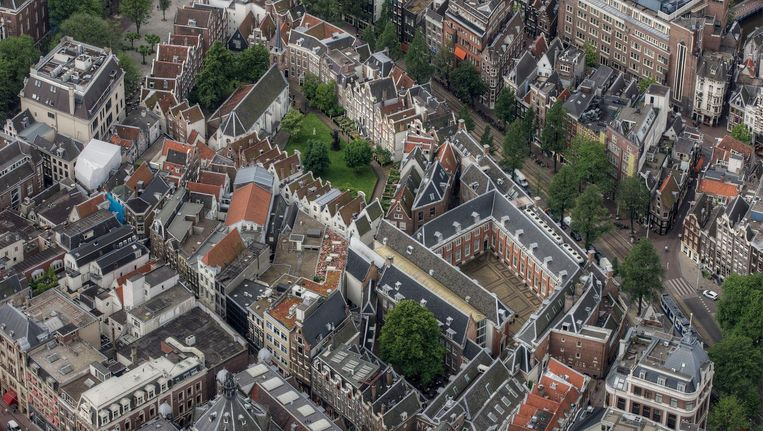 Het Begijnhof en daarnaast het Amsterdam Museum Beeld Het Parool