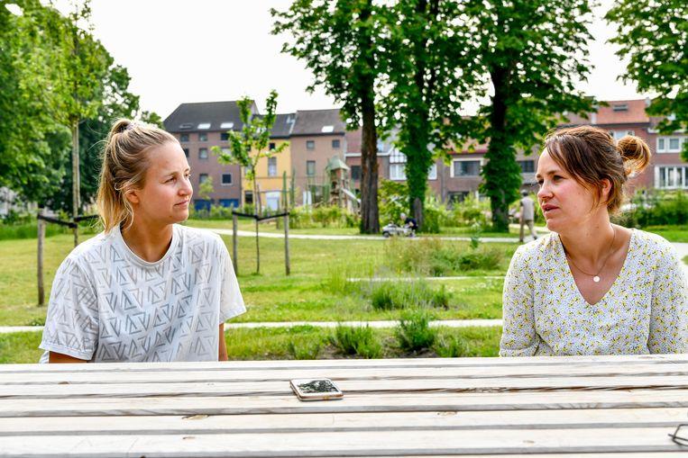 Emma Plasschaert en haar zus Lise. Beeld Photo News