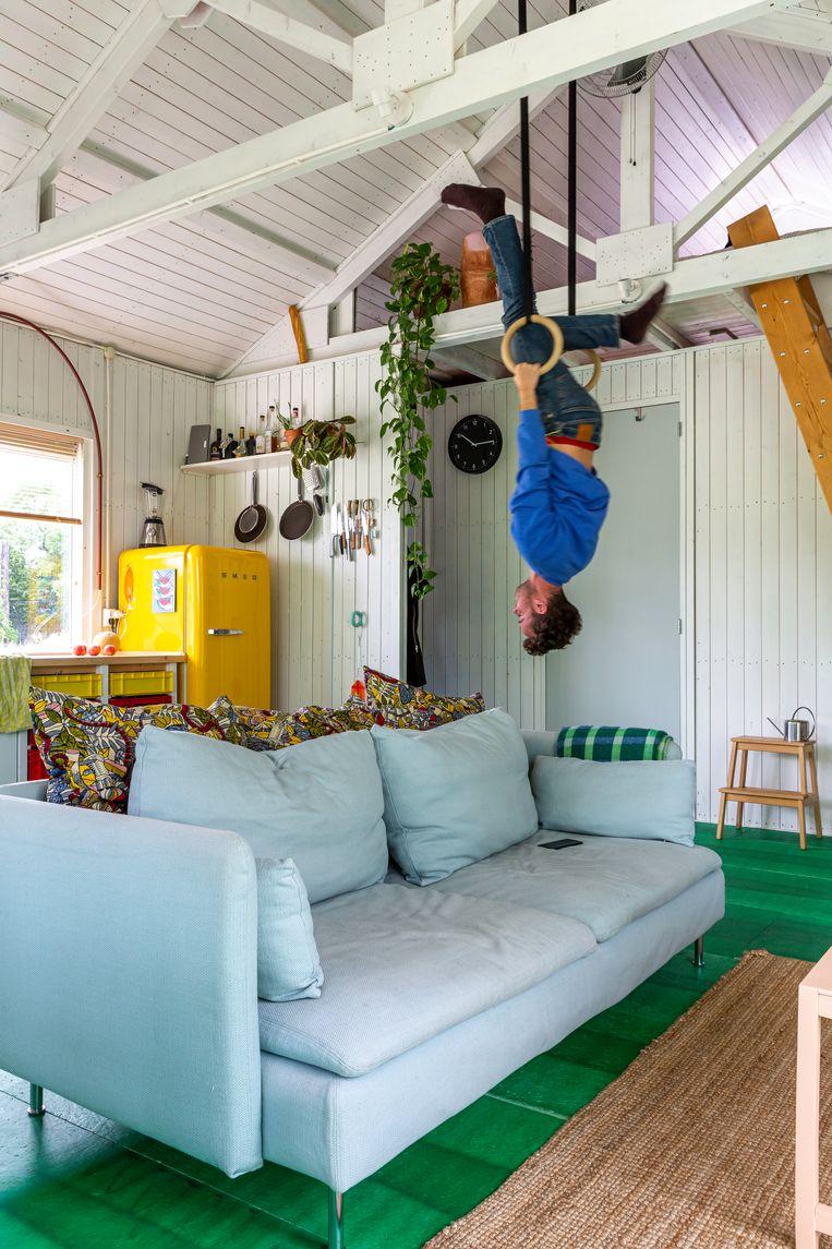 Om ruimte te besparen, werd in de hoogte gewerkt. De slaapkamer bevindt zich op een mezzanine. Beeld Henny Van Belkom