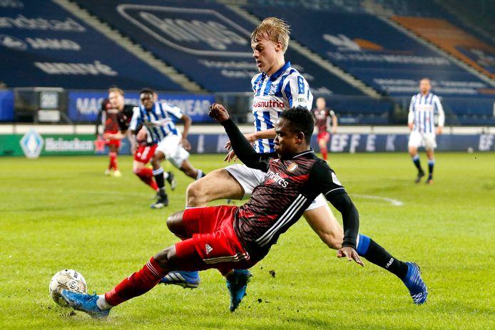 Jan Paul van Hecke afgelopen woensdagavond in duel met Luis Sinisterra van Feyenoord. De Arnemuidenaar versloeg de Rotterdammers met Heerenveen met 4-3.
