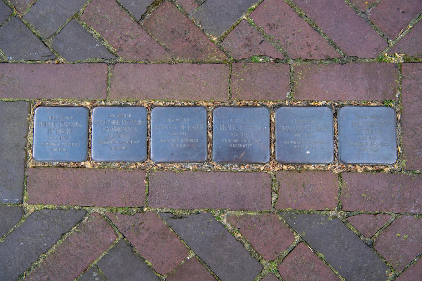 Stolpersteine voor de winkel aan de Voorstraat 8-10 in Hardenberg herinneren aan de Joodse familie De Bruin, die werd opgepakt en vermoord in vernietigingskampen. Hier op deze plek woonden en werkten ze. Hun bezittingen werden afgepakt door de bezetters.