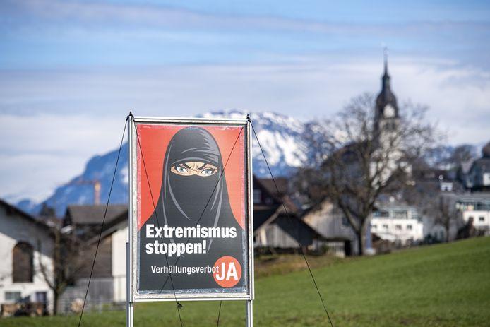 """Une affiche de l'initiative """"Oui à l'interdiction de la burqa"""" à Oberdorf, dans le canton de Nidwald, en Suisse."""