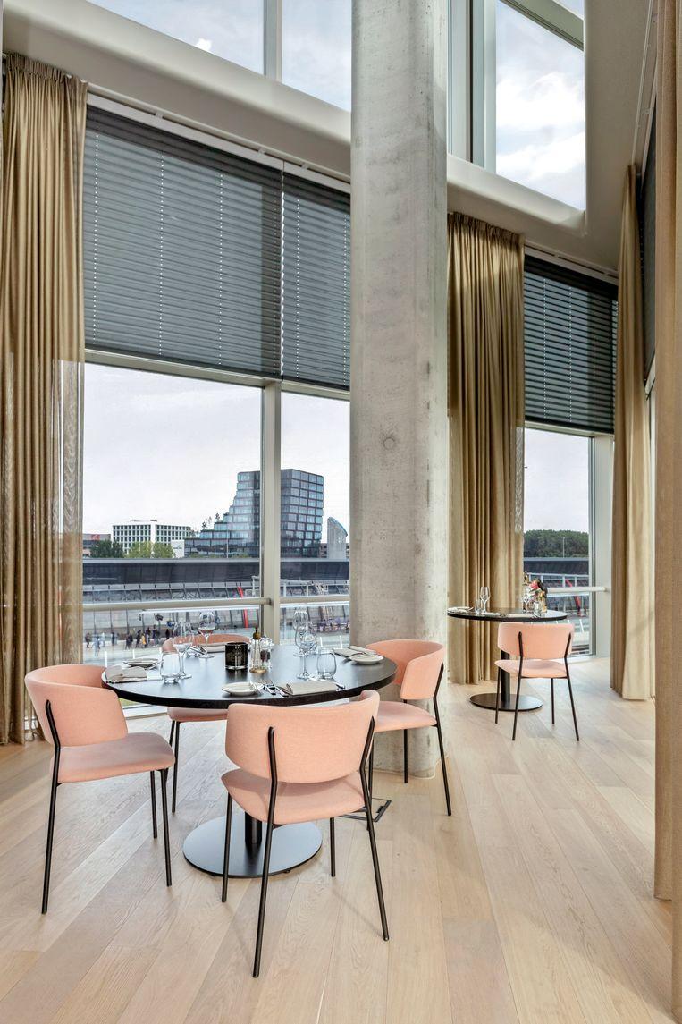 Restaurant op de vijfde verdieping, met zicht op het gebouw van Suitsupply aan de overzijde van de A10. Beeld Wiosna van Bon