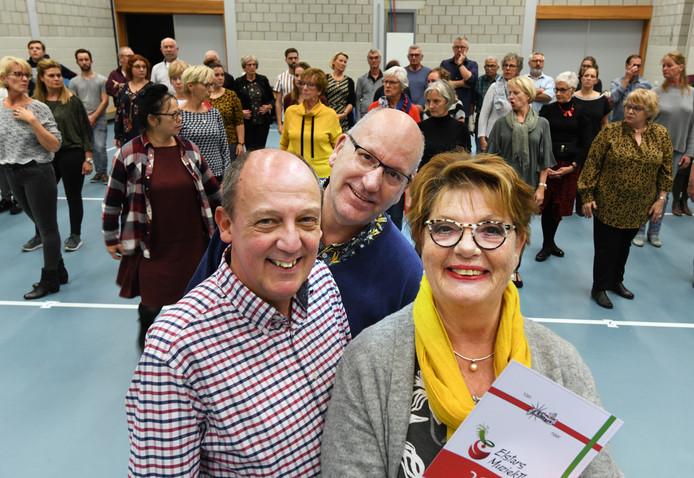 Tielse Elstars tijdens de repetitie voor de jubileumshow met op de voorgrond (van links naar rechts) oudgedienden Nico de Groodt, Hans van Bergen en Paula van Koll.