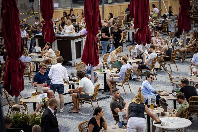 Coronaproof uitgaan op de Neude afgelopen zomer. De Utrechtse horeca wil laten zien dat het weer veilig kan.