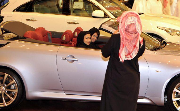 Show van luxeauto's in Jeddah. Beeld afp
