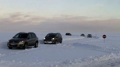 Auto zakt door ijs in Estland: drie doden