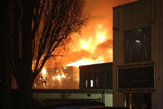 Een zeer grote brand woedt momenteel aan de Industrieweg in Zoetermeer.