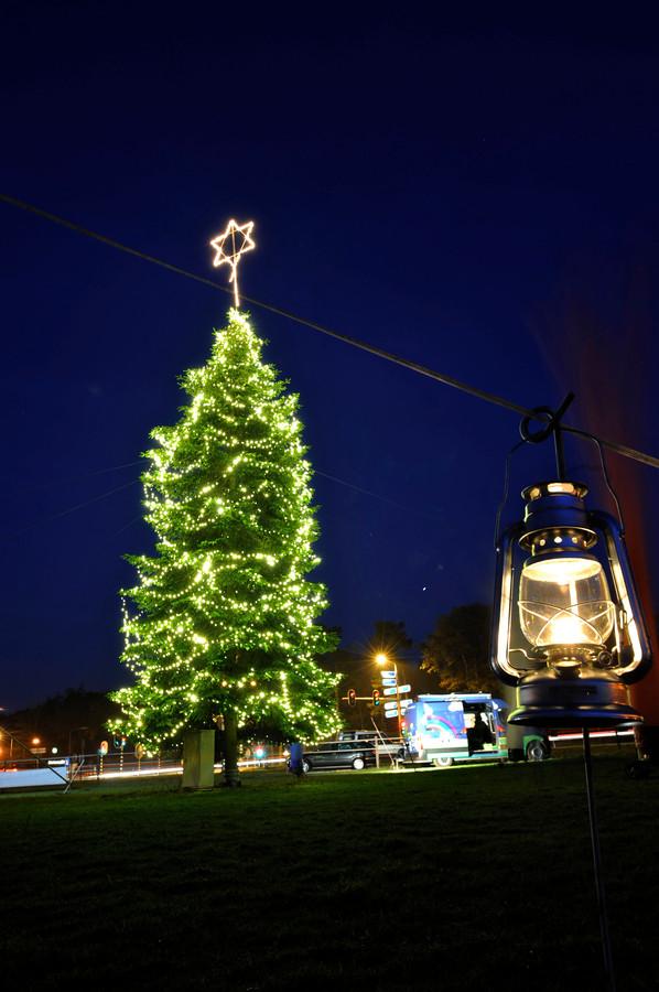 Inwoners en ondernemers uit de gemeente Berkelland moeten zelf maar zorgen voor een versierde kerstboom, zoals bij het Danspaleis tussen Eibergen en Haaksbergen al jaren gebeurt door de Rotary met Sterren Stralen.