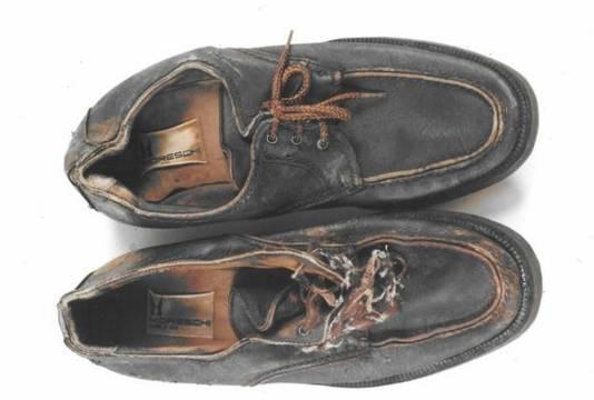 De  bijzondere schoenen die het slachtoffer droeg.