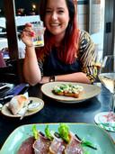 Cynthia Schulz geniet van het eten (sashimi van tonijn en een brioche met makreel en haringkaviaar) bij de Boterlap in Harderwijk.