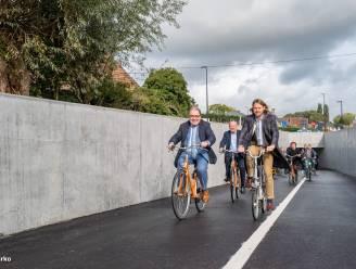 """Nieuwe fietstunnel onder Moorselbaan officieel geopend: """"Snelfietsroute tussen Faluintjes en Aalst"""""""