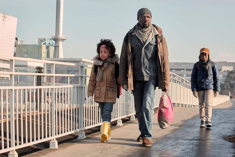 Scène uit Une saison en France: Abbas bereikt met zijn kinderen bestemming 'Frankrijk', maar kan hij er ook een leven opbouwen? Beeld RV