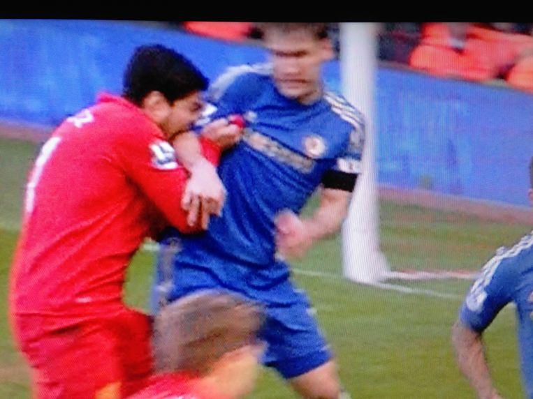Suárez zet z'n tanden in de arm van Ivanovic.
