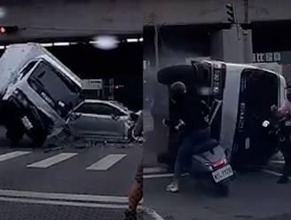 Vrachtwagen kantelt en haalt bijna motorrijder onderuit