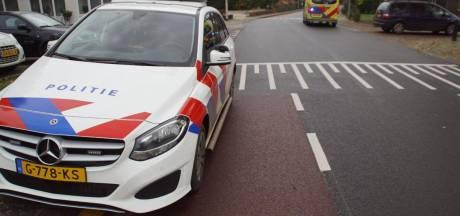 Wielrenner gewond naar het ziekenhuis na aanrijding met auto in Aalten