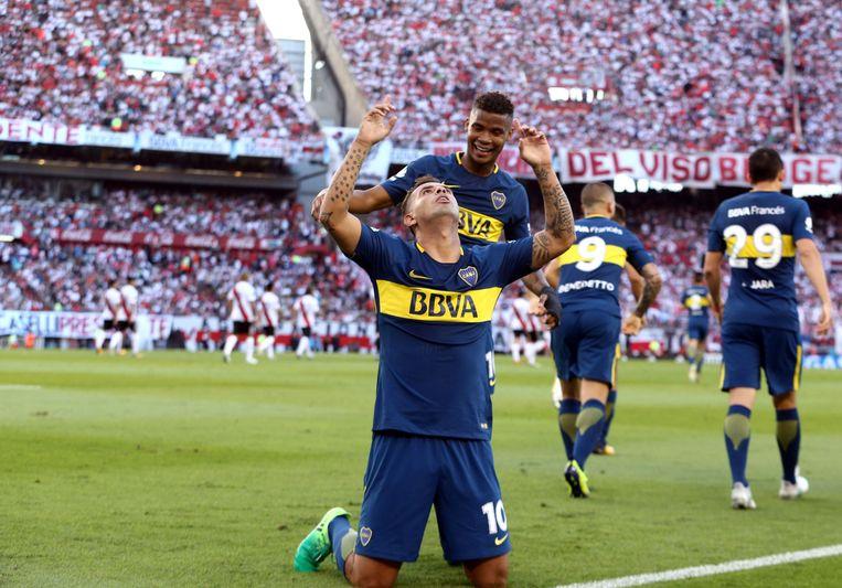 De Colombianen Edwin Cardona en Wilmar Barrios van Boca vieren een doelpunt tegen River Plate.