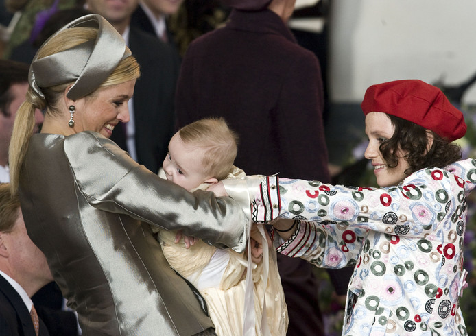 Het zusje van Máxima, Inés, geeft prinses Ariane aan tijdens haar doop in 2007.