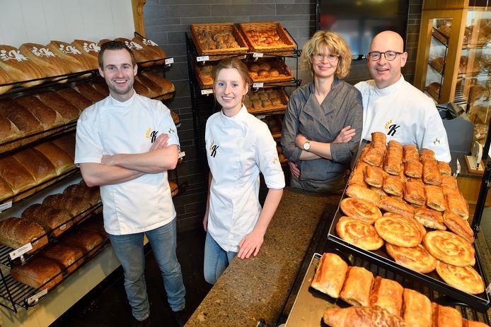 Het hele gezin Van de Kletersteeg werkt in de zaak. Bart bakt brood, Saskia doet banket, Sylvia verkoopt en Wim is vliegende keep.