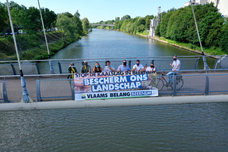 Vlaams Belang Beernem voerde actie aan het kanaal Gent-Oostende.