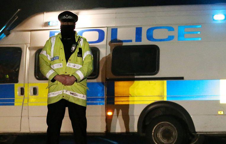 Een politieagent bewaakt het afgesloten gebied rondom het landgoed van de overleden Russische miljardair Boris Berezovski in Ascot. Beeld getty
