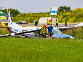 Vliegtuigje neergekomen in weiland naast Nederlandse snelweg: 18 inzittenden ongedeerd