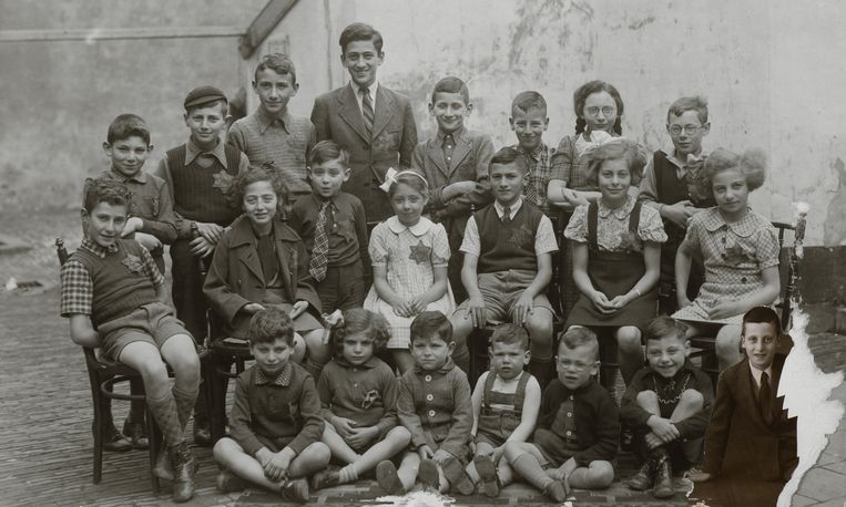 Deventer, september 1942. Naast de Joodse school op de binnenplaats achter de Grote Synagoge in de Golstraat poseren 22 Joodse kinderen in de leeftijd van 4 tot 17 jaar. Beeld Etty Hillesum Centrum, Deventer