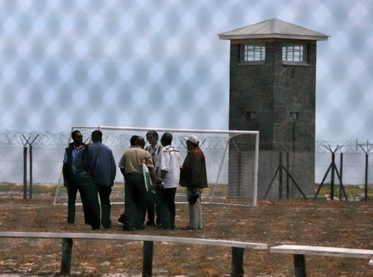 Het voetbalveld op Robbeneiland. 'Voetbal reduceerde de spanningen, tussen gevangenen onderling, maar ook tussen gevangenen en bewakers.' Foto EPA Beeld
