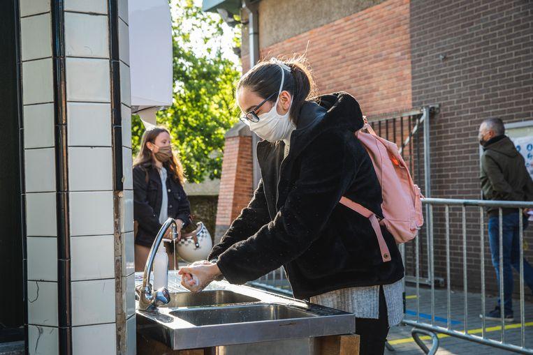 Eerst goed de handen wassen op deze school in Ronse.
