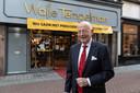 Walle Tempelman (76) voor zijn mannenmodezaak in hartje Zutphen. Na 52 jaar stopt de Zutphenaar ermee.