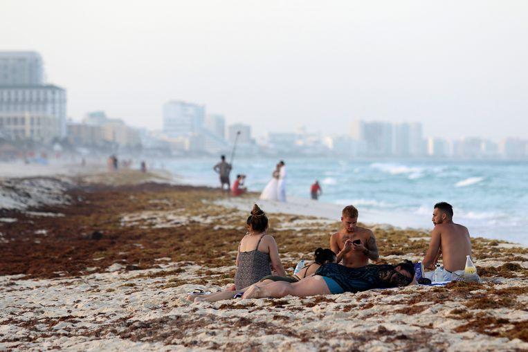 Toeristen afgelopen week op het strand van Cancún. Beeld Jorge Delgado / Reuters